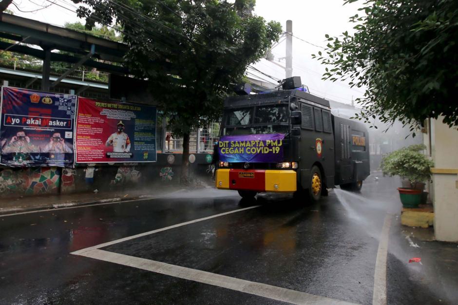 Mobil Water Canon Polisi Semprotkan Disinfektan di Kawasan Tebet-2