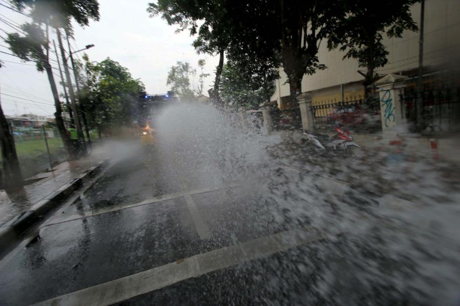 Mobil Water Canon Polisi Semprotkan Disinfektan di Kawasan Tebet-4