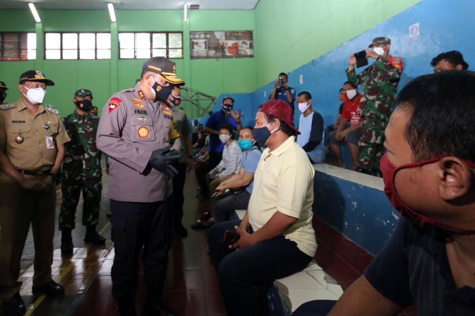 Kapolda Metro Jaya Tinjau Pelaksanaan Rapid Test dan Bakti Sosial di Tebet-3