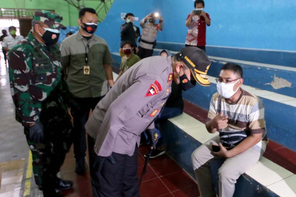 Kapolda Metro Jaya Tinjau Pelaksanaan Rapid Test dan Bakti Sosial di Tebet-2