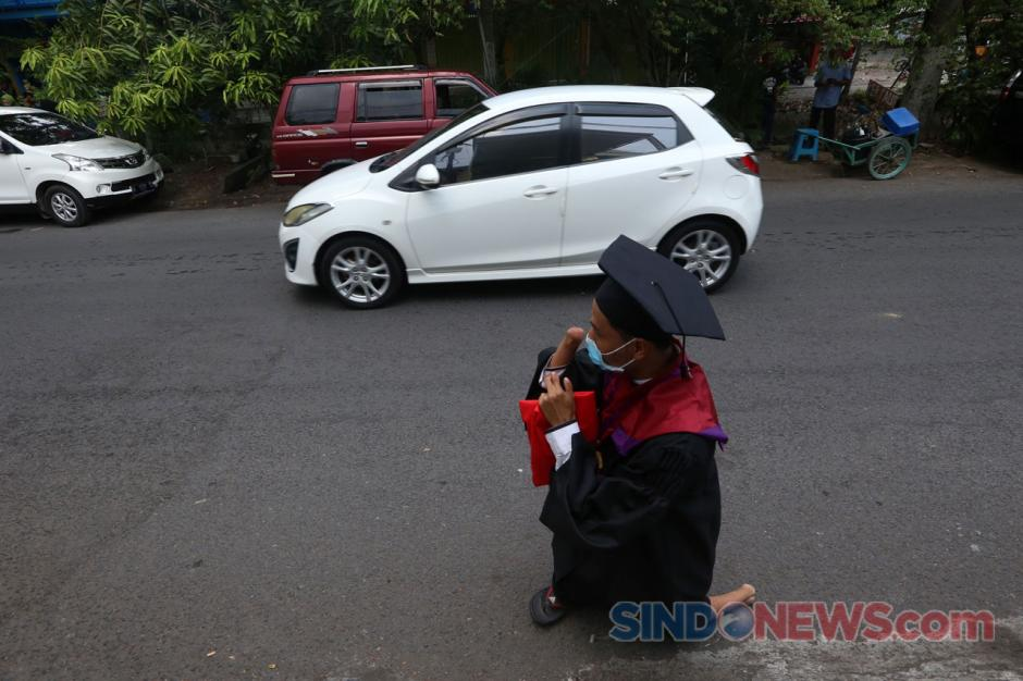 Tak Kenal Menyerah, Tuna Daksa Ini Raih Gelar Sarjana Hukum UM Surabaya-8