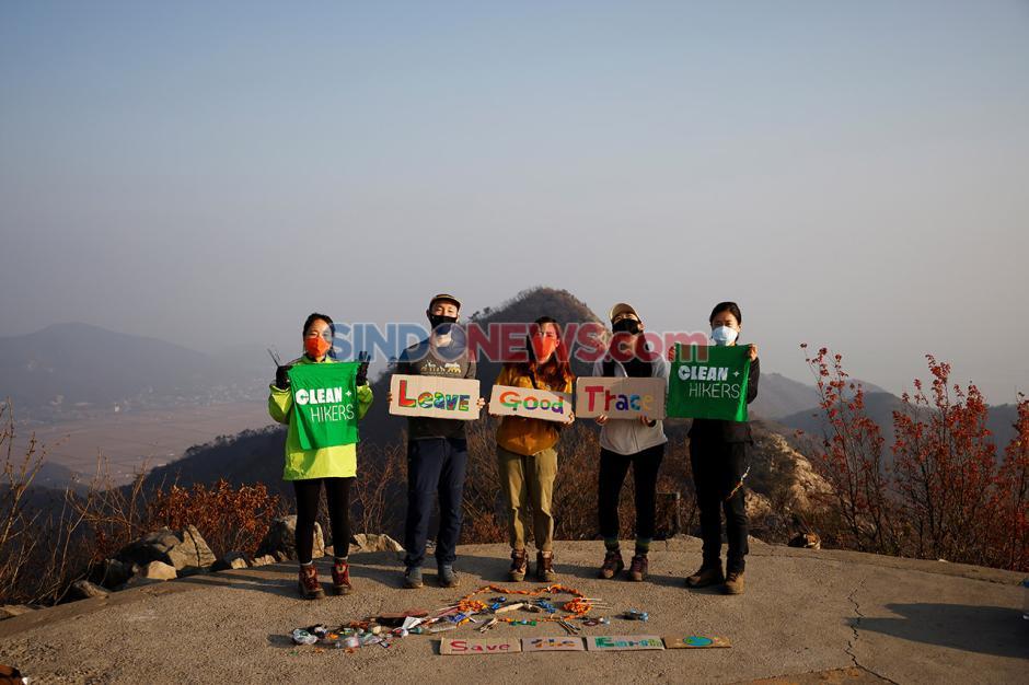 Pesan Selamatkan Dunia Seniman Korea Selatan dari Sampah Pendaki-3