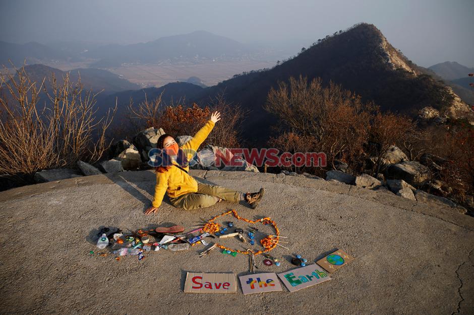 Pesan Selamatkan Dunia Seniman Korea Selatan dari Sampah Pendaki-2