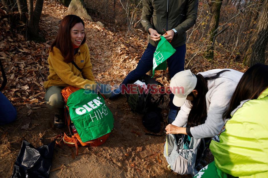 Pesan Selamatkan Dunia Seniman Korea Selatan dari Sampah Pendaki-1
