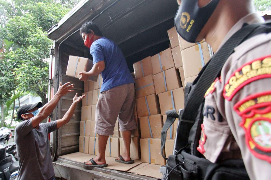 Truk Pengangkut Logistik Pecah Ban, Surat Suara Pilkada Tangsel Terlambat Datang-3