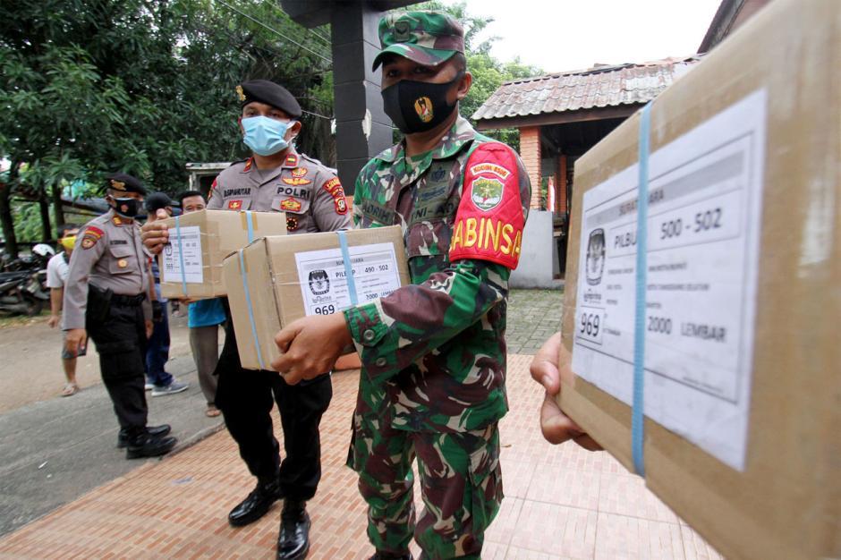 Truk Pengangkut Logistik Pecah Ban, Surat Suara Pilkada Tangsel Terlambat Datang-0