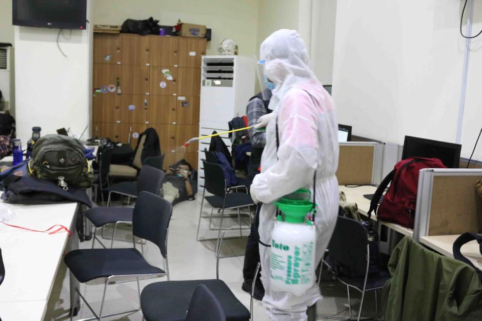 Terapkan Prokes Ketat, Gedung KPK Merah Putih Rutin Disemprot Disinfektan-2