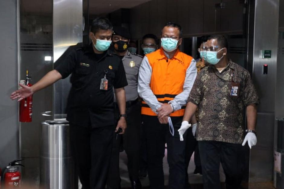 Pakai Baju Tahanan dan Tangan Diborgol, Begini Penampakan Menteri KKP Edhy Prabowo Saat Digiring Petugas-1