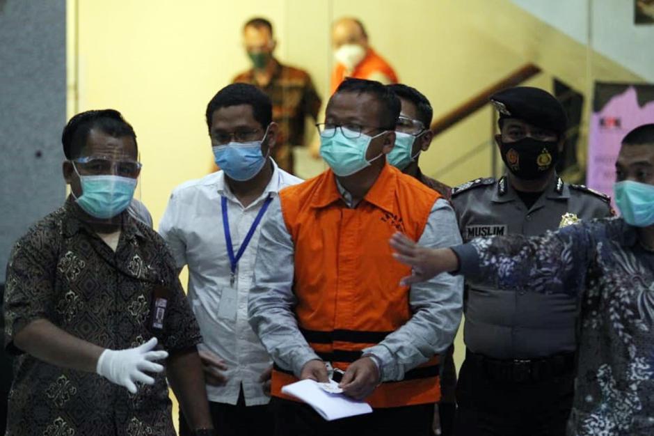 Pakai Baju Tahanan dan Tangan Diborgol, Begini Penampakan Menteri KKP Edhy Prabowo Saat Digiring Petugas-3