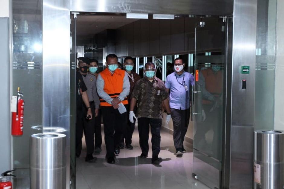 Pakai Baju Tahanan dan Tangan Diborgol, Begini Penampakan Menteri KKP Edhy Prabowo Saat Digiring Petugas-2