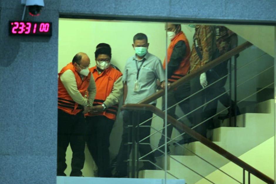 Pakai Baju Tahanan dan Tangan Diborgol, Begini Penampakan Menteri KKP Edhy Prabowo Saat Digiring Petugas-5