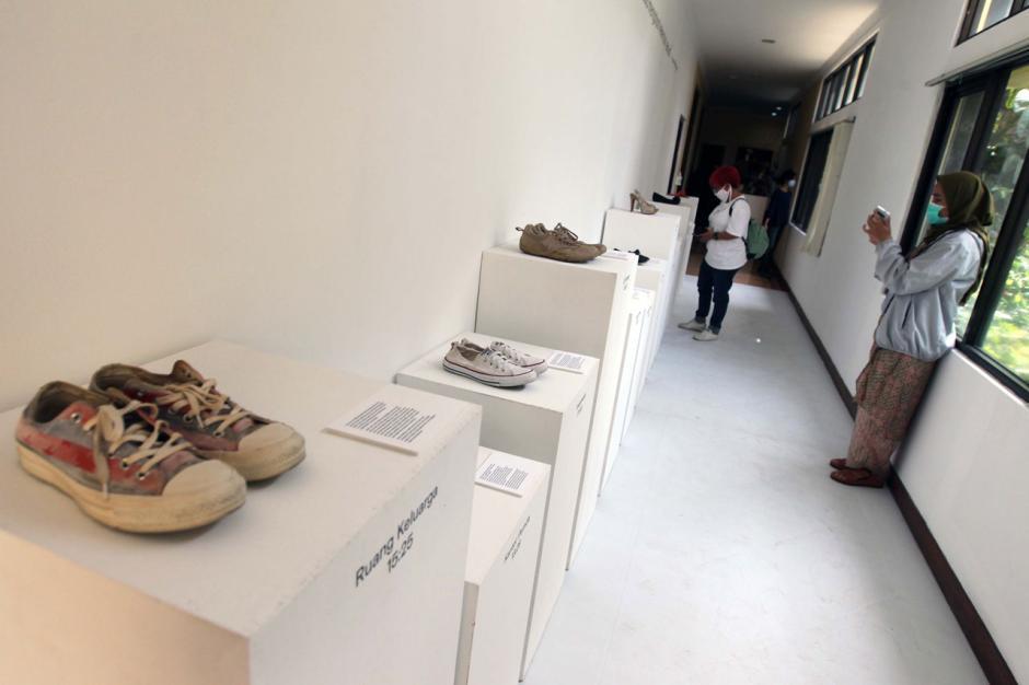 Berbagi Cerita Penyintas Kekerasan Seksual dalam Shoes Art Installation-7