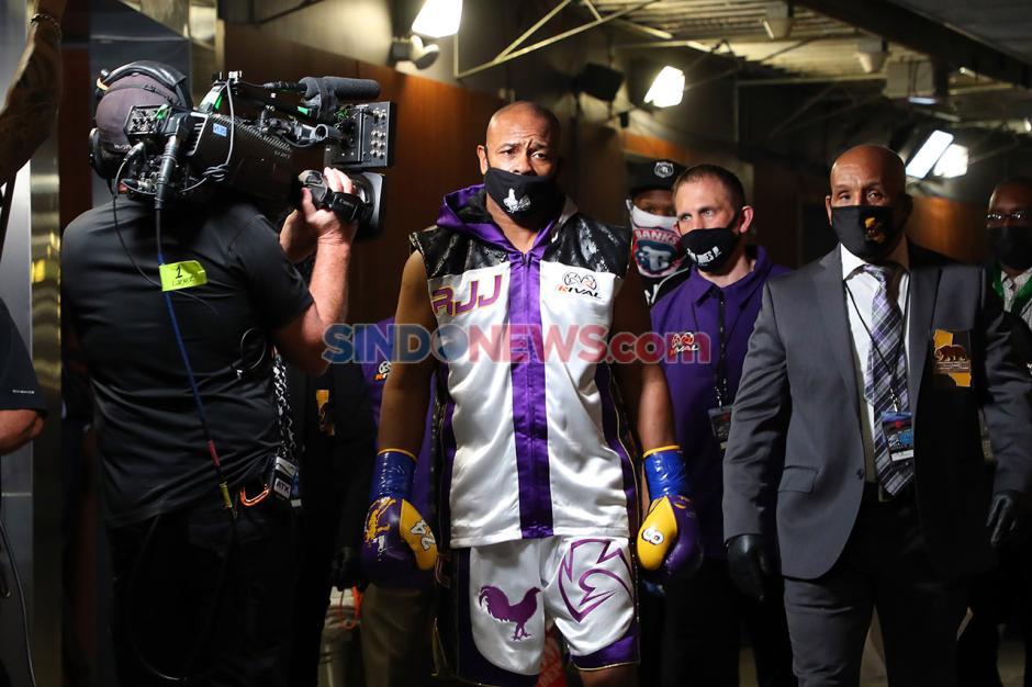 Duel Seru Mike Tyson dan Roy Jones Jr Berakhir Imbang-3