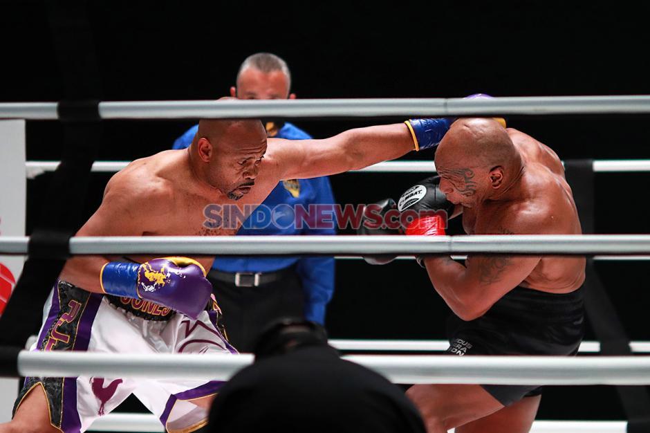 Duel Seru Mike Tyson dan Roy Jones Jr Berakhir Imbang-4