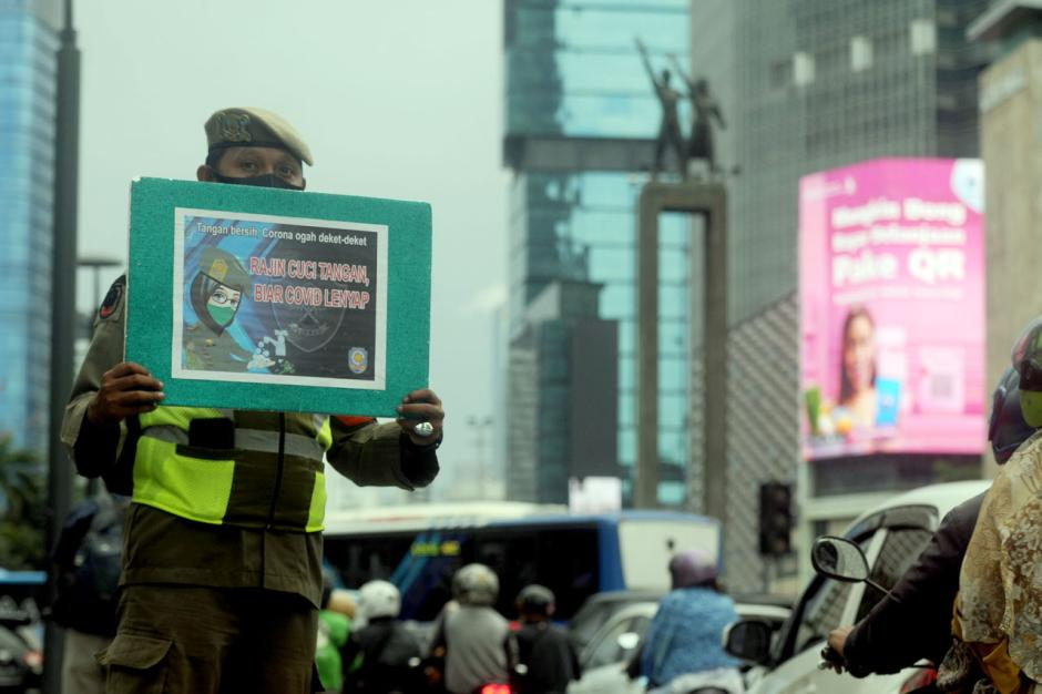 Satpol PP DKI Jakarta Sosialisasikan Protokol Kesehatan Covid-19 di Bundaran HI-0