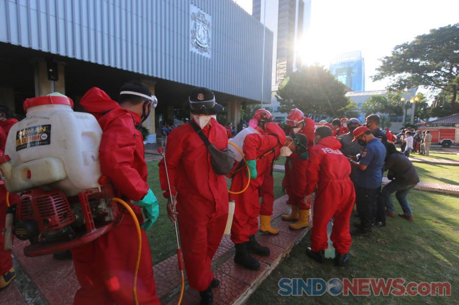 150 Personel Damkar Lakukan Penyemprotan Disinfektan di Gedung Balai Kota Jakarta-0