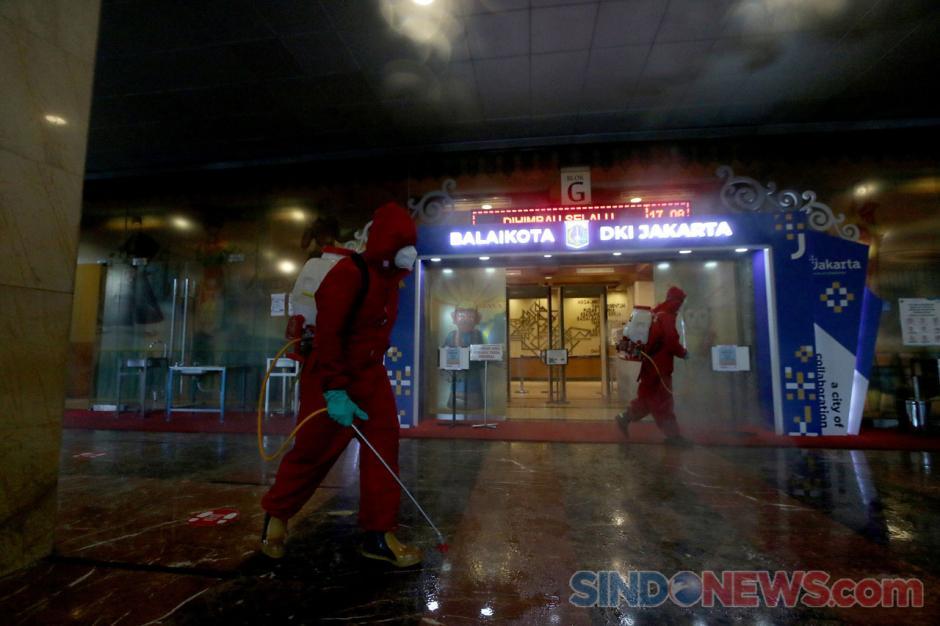 150 Personel Damkar Lakukan Penyemprotan Disinfektan di Gedung Balai Kota Jakarta-5