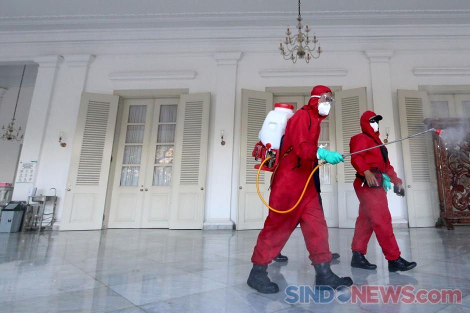 150 Personel Damkar Lakukan Penyemprotan Disinfektan di Gedung Balai Kota Jakarta-6