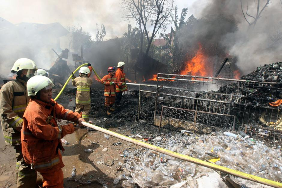 Gudang Rongsokan di Bambu Apus Ludes Terbakar-0