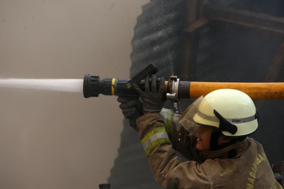 Gudang Rongsokan di Bambu Apus Ludes Terbakar-5