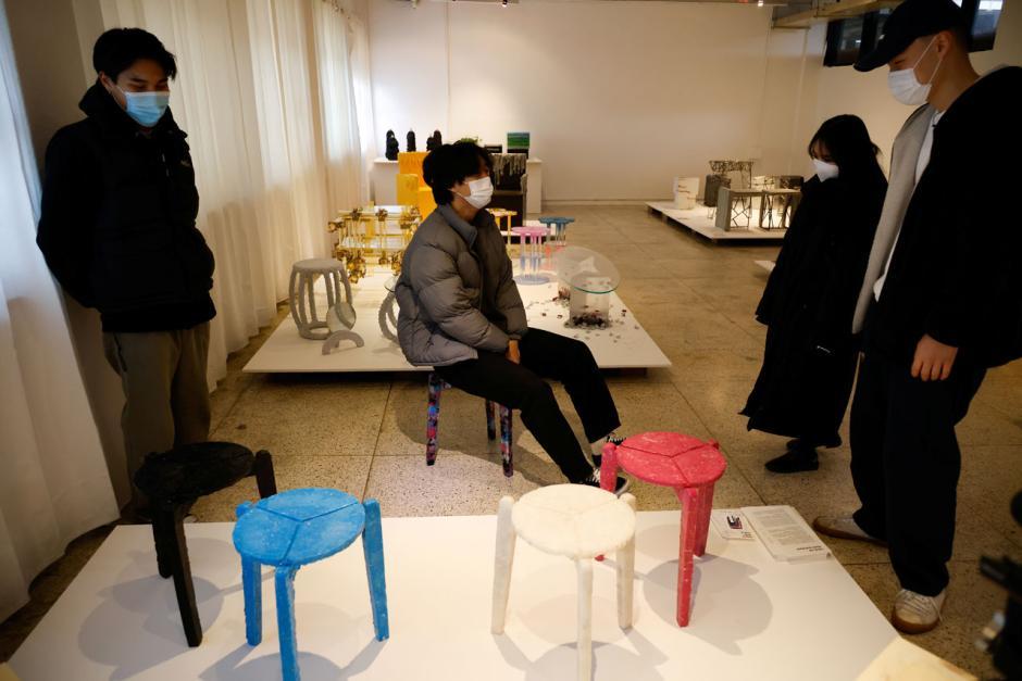 Mahasiswa di Korea Selatan Membuat Kursi Daur Ulang Masker-8