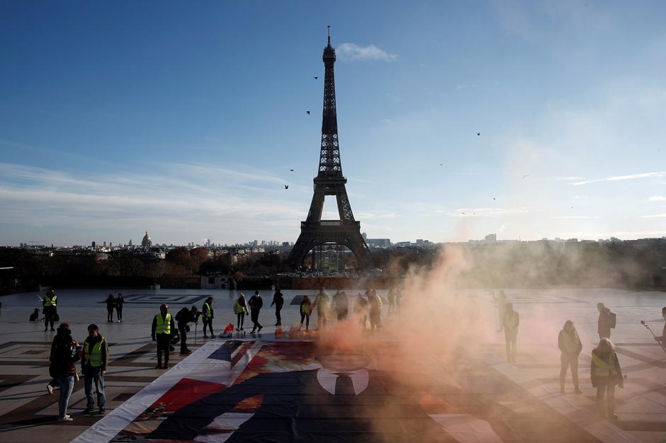 Lima Tahun Perjanjian Paris, Aktivis Gelar Aksi di Menara Eiffel-3