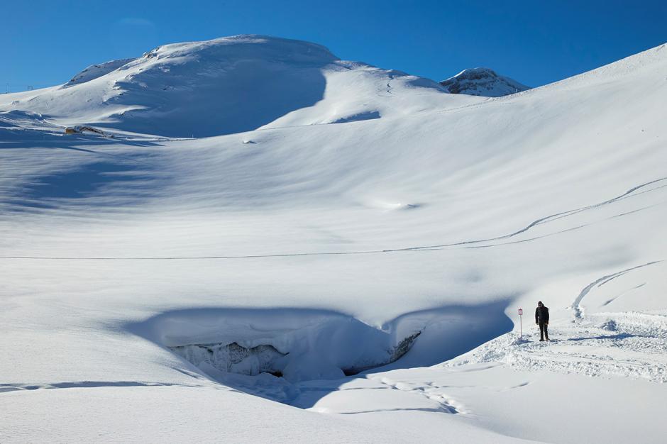 Melihat Keindahan Gua Es Alami yang Menakjubkan di Swiss-4