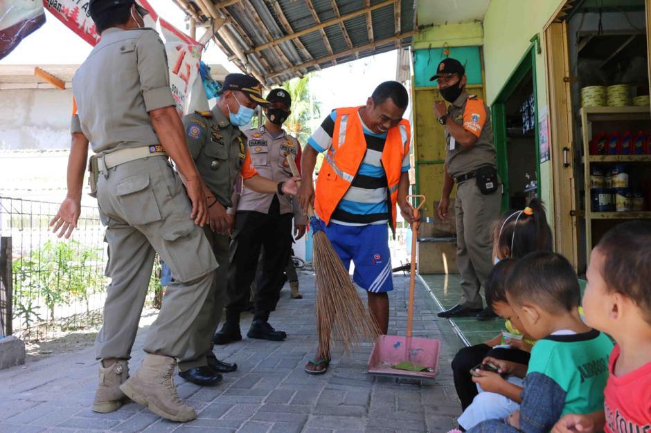 Petugas Gabungan Gelar Razia Masker di Pulau Pramuka-0