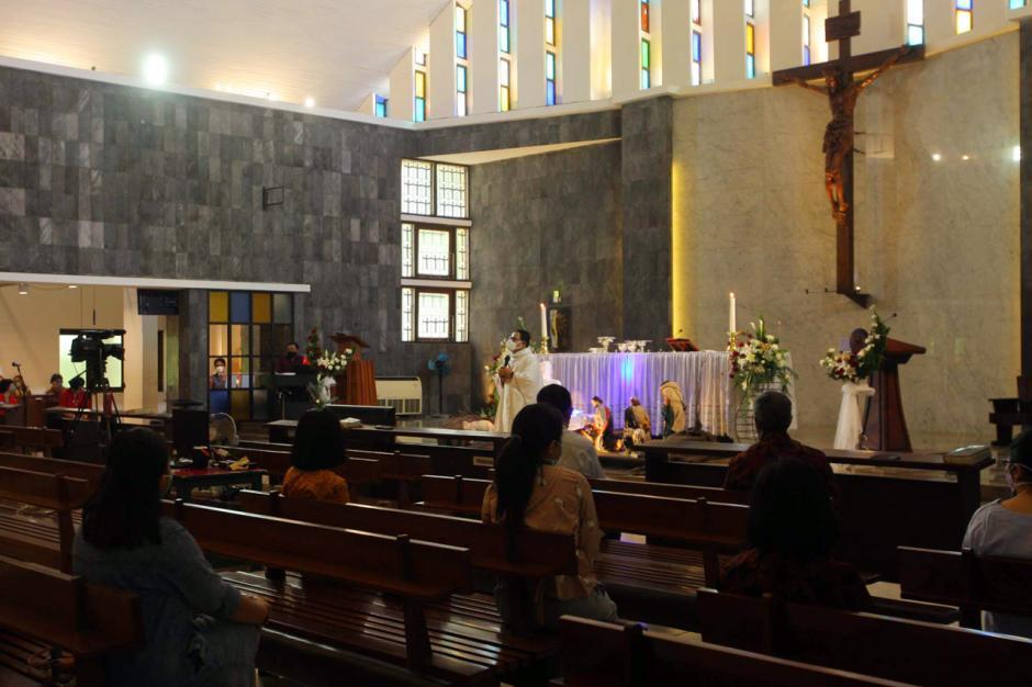 Jemaat Gereja Santa Theresia Semarang Ikuti Misa Natal di Tengah Pandemi Covid-0