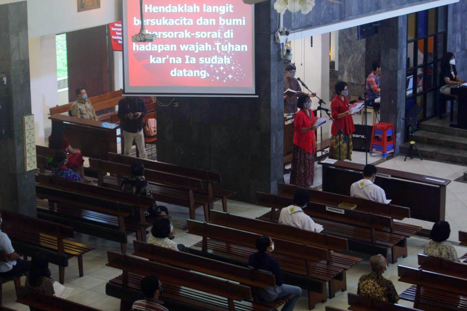 Jemaat Gereja Santa Theresia Semarang Ikuti Misa Natal di Tengah Pandemi Covid-2