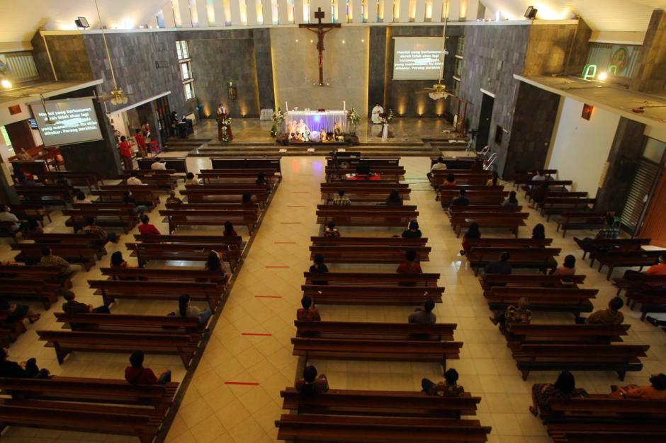 Jemaat Gereja Santa Theresia Semarang Ikuti Misa Natal di Tengah Pandemi Covid-1