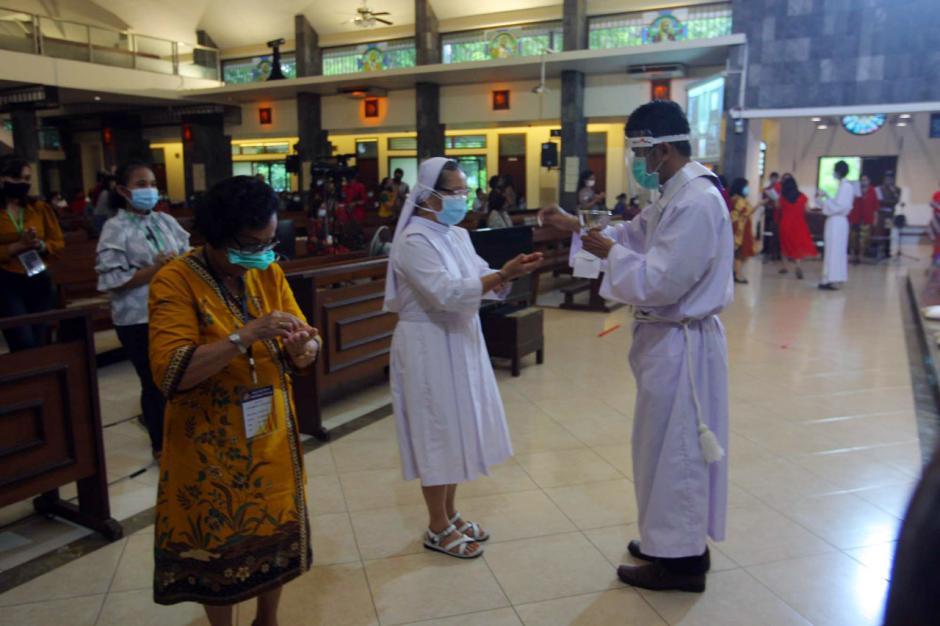 Jemaat Gereja Santa Theresia Semarang Ikuti Misa Natal di Tengah Pandemi Covid-5