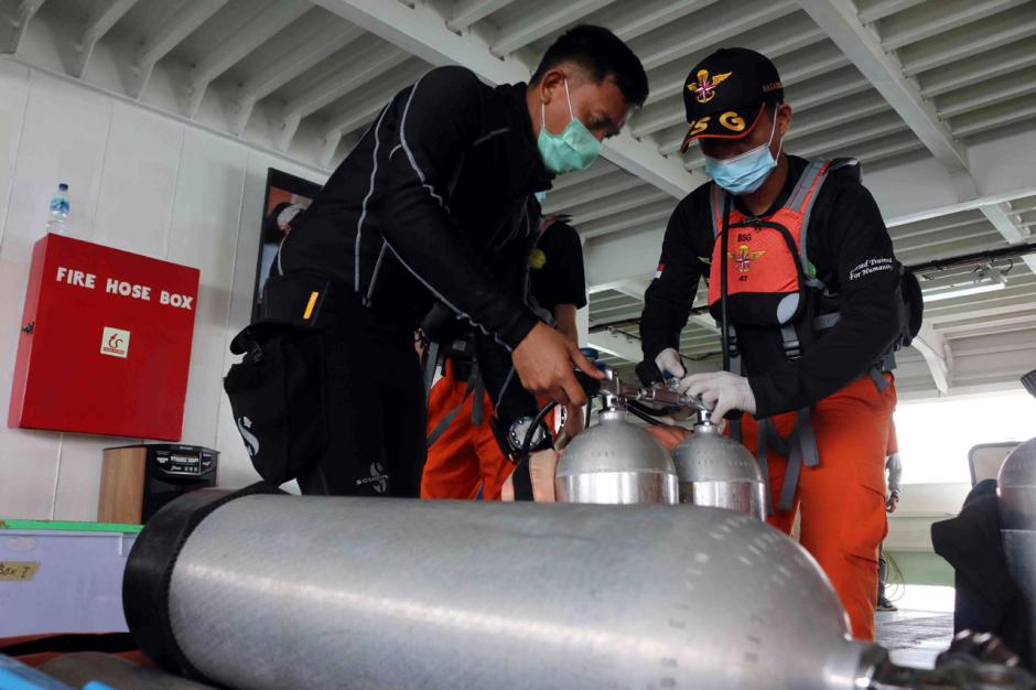 Bertaruh Nyawa, Penyelam Terus Lakukan Pencarian Korban dan Black Box Pesawat Sriwijaya Air SJ182-2