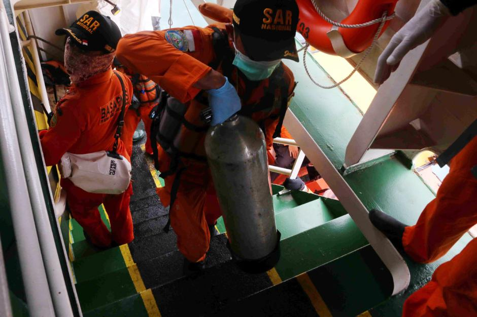 Bertaruh Nyawa, Penyelam Terus Lakukan Pencarian Korban dan Black Box Pesawat Sriwijaya Air SJ182-3