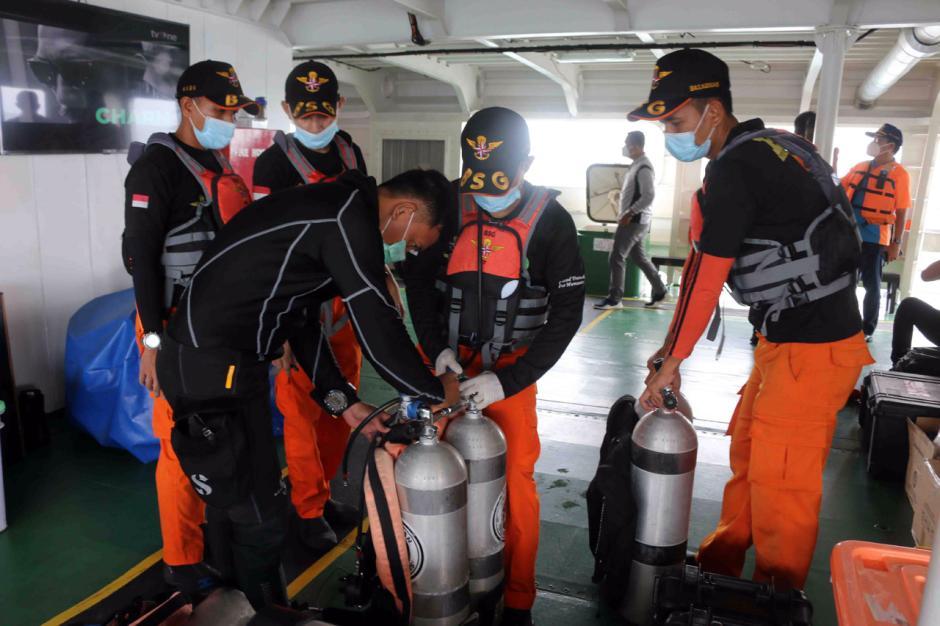 Bertaruh Nyawa, Penyelam Terus Lakukan Pencarian Korban dan Black Box Pesawat Sriwijaya Air SJ182-0