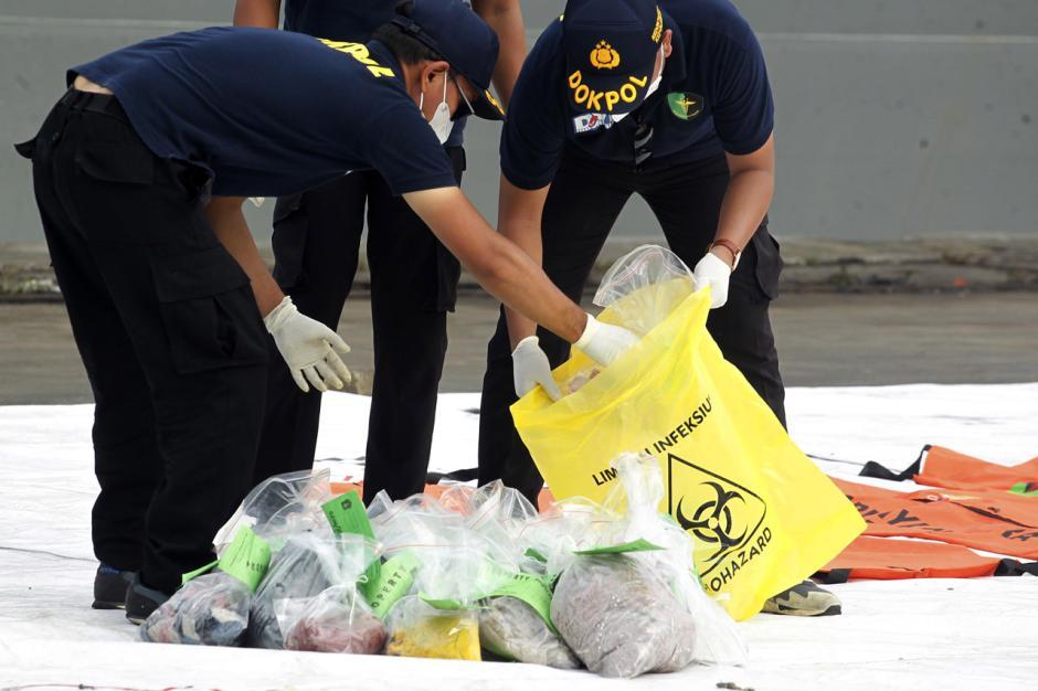 DVI Polri Periksa Baju dan Properti Milik Penumpang Sriwijaya Air SJ182-1