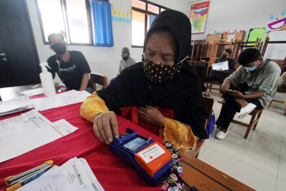 Warga Jakarta Mulai Terima Bantuan Sosial Tunai-0