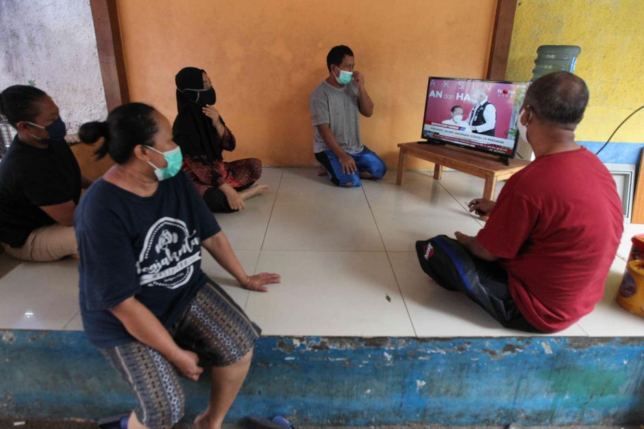 Warga Antusias Saksikan Siaran Langsung Presiden Jokowi Disuntik Vaksin Covid-19 Perdana-3