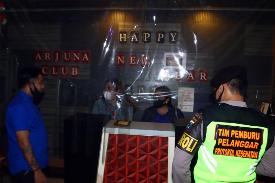 Nekat Beroperasi di Masa PPKM, Tempat Karaoke di Surabaya Disegel-1