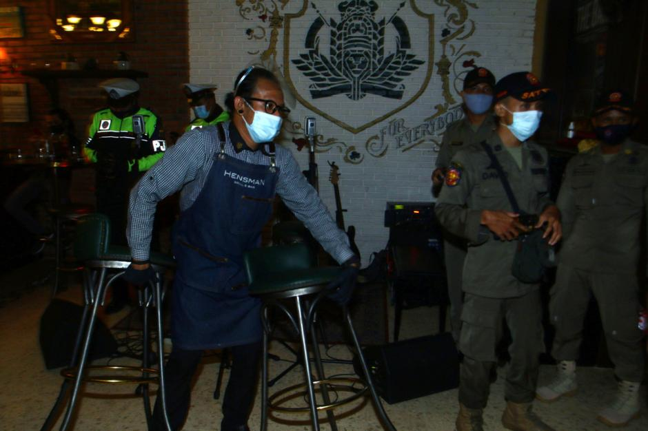 Nekat Beroperasi di Masa PPKM, Tempat Karaoke di Surabaya Disegel-3