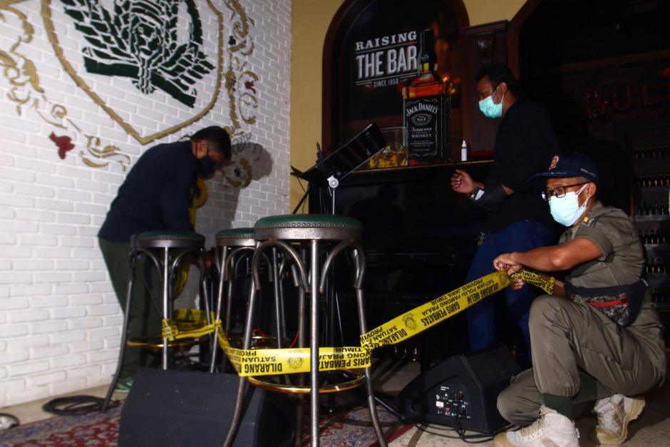 Nekat Beroperasi di Masa PPKM, Tempat Karaoke di Surabaya Disegel-2