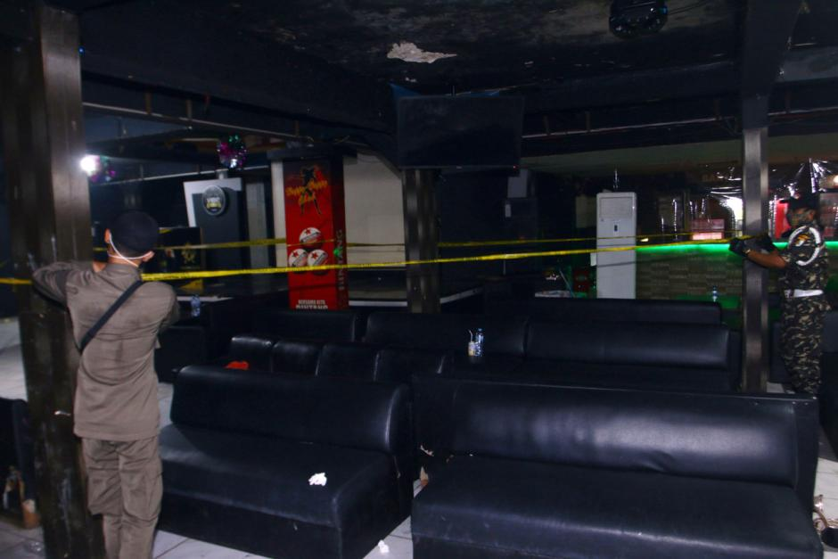 Nekat Beroperasi di Masa PPKM, Tempat Karaoke di Surabaya Disegel-5