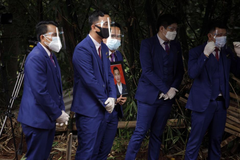 Kerabat dan Rekan Kerja Hadiri Pemakaman Jenazah Korban Sriwijaya Air Okky Bisma-2