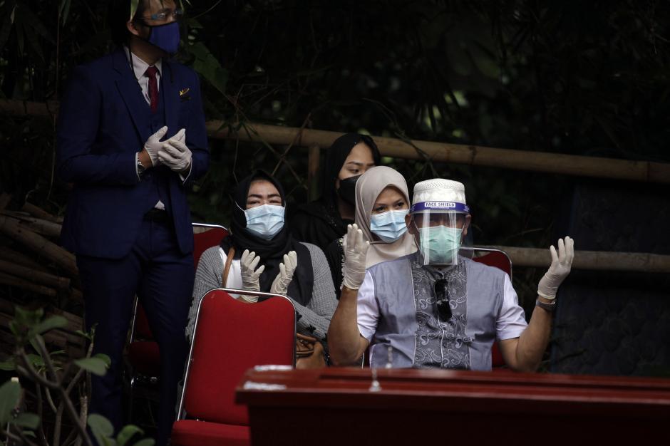 Kerabat dan Rekan Kerja Hadiri Pemakaman Jenazah Korban Sriwijaya Air Okky Bisma-7