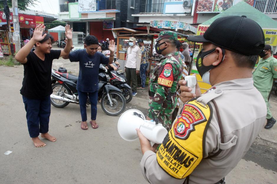 Petugas Gabungan Gelar Razia Protokol Kesehatan di Kota Bekasi-3