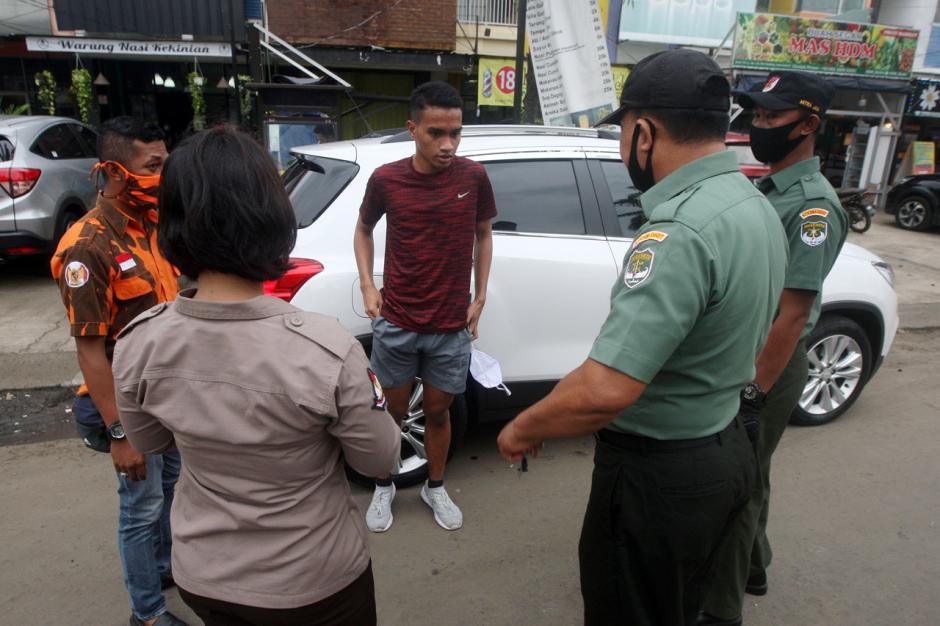 Petugas Gabungan Gelar Razia Protokol Kesehatan di Kota Bekasi-2