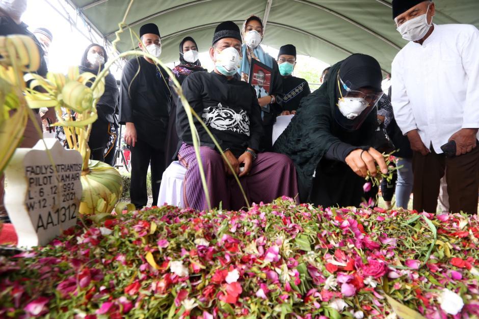 Isak Tangis Iringi Pemakaman Co-Pilot NAM Air Fadly Satriyanto-5