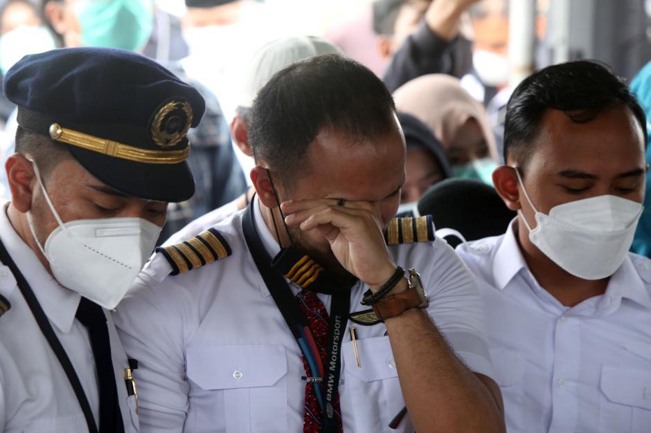 Isak Tangis Iringi Pemakaman Co-Pilot NAM Air Fadly Satriyanto-2
