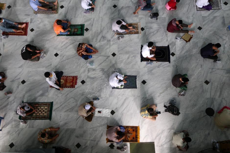 Ibadah Salat Jumat di Masa PPKM, Shaf Berjarak Enam Orang-3