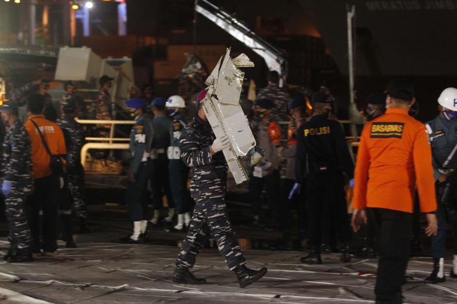 Tim Sar Gabungan Temukan Serpihan Pesawat Hingga Baju yang Diduga Milik Penumpang Sriwijaya Air SJ-182-1